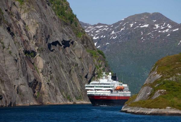 Nordland Hurtigrute Kong Harald auf der Fahrt vom Raftsund in den Trollfjord Lofoten Vesteralen